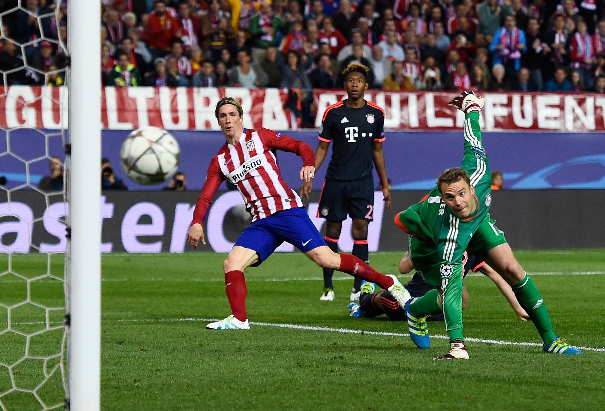 Fernando Torres supera Neuer, ma il suo tentativo si infrangerà sul palo