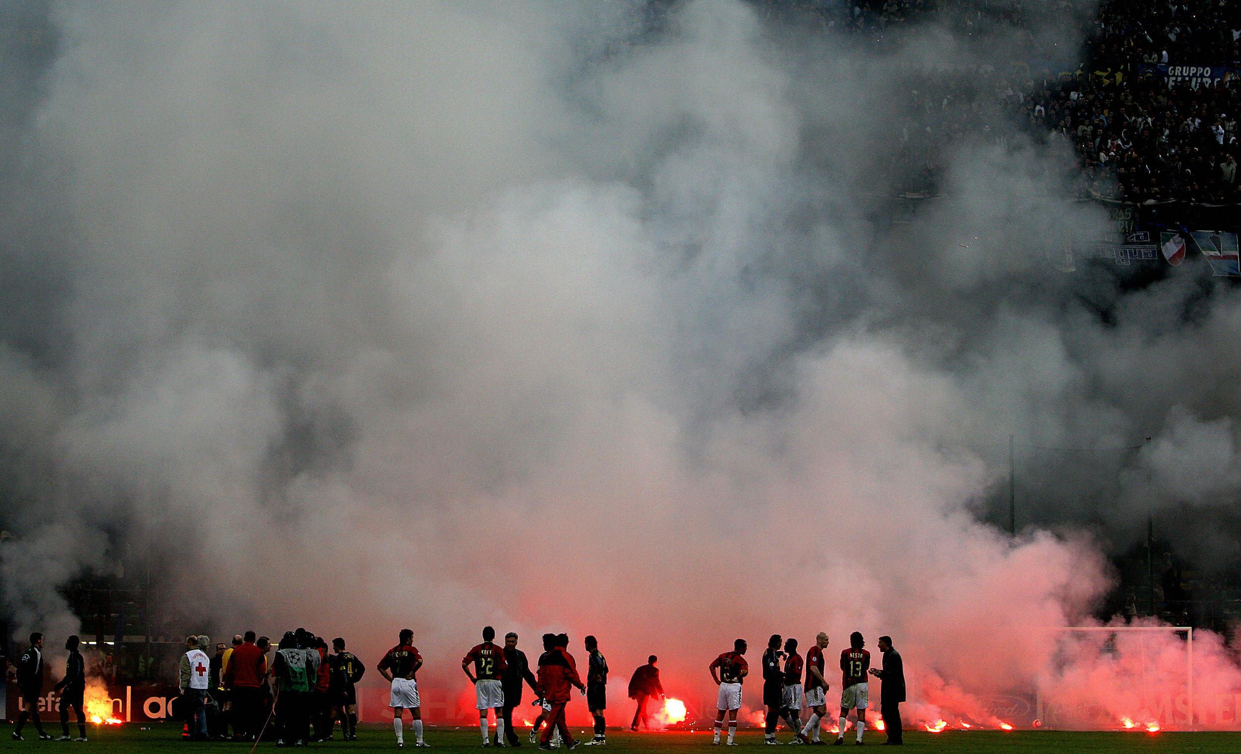 Champions League 2004/05: Milan e Inter si affrontano nei quarti di finale di Champions. Qui la partita di ritorno interrotta per il lancio di fumogeni dalla curva interista e poi vinta a tavolino dai rossoneri