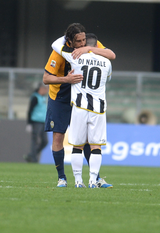 Il commovente abbraccio fra Luca Toni e Antonio Di Natale al termine di Verona-Udinese: entrambi si ritireranno alla fine di questa stagione