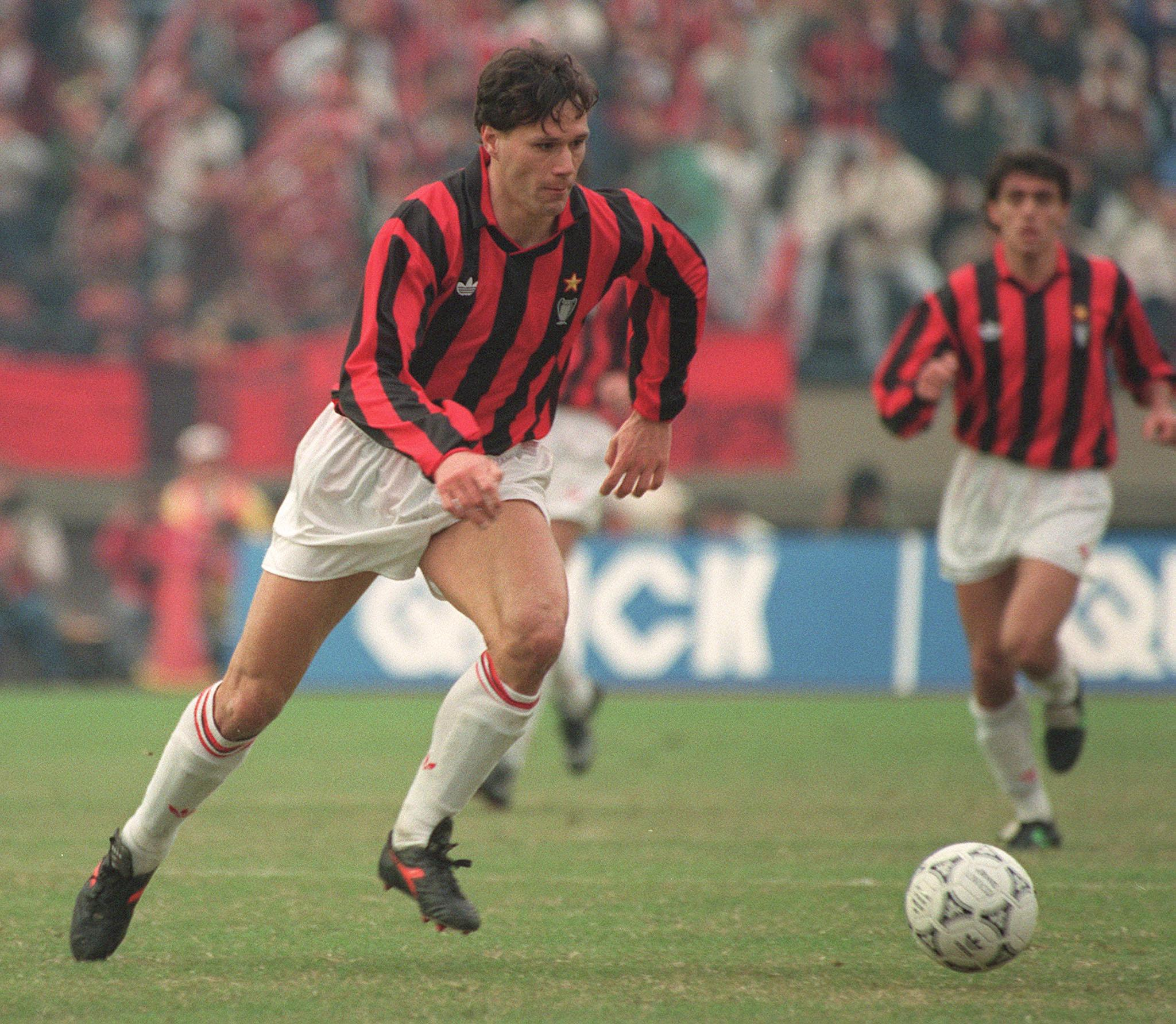 TOKYO, JAPAN: AC Milan's Dutch forward Marco Van Basten dribbles upfield, 09 December 1990 in Tokyo, during the Toyota Cup final between the European champion, Milan, and the South American champion, Olimpia. (Photo credit should read TOSHIFUMI KITAMURA/AFP/Getty Images)