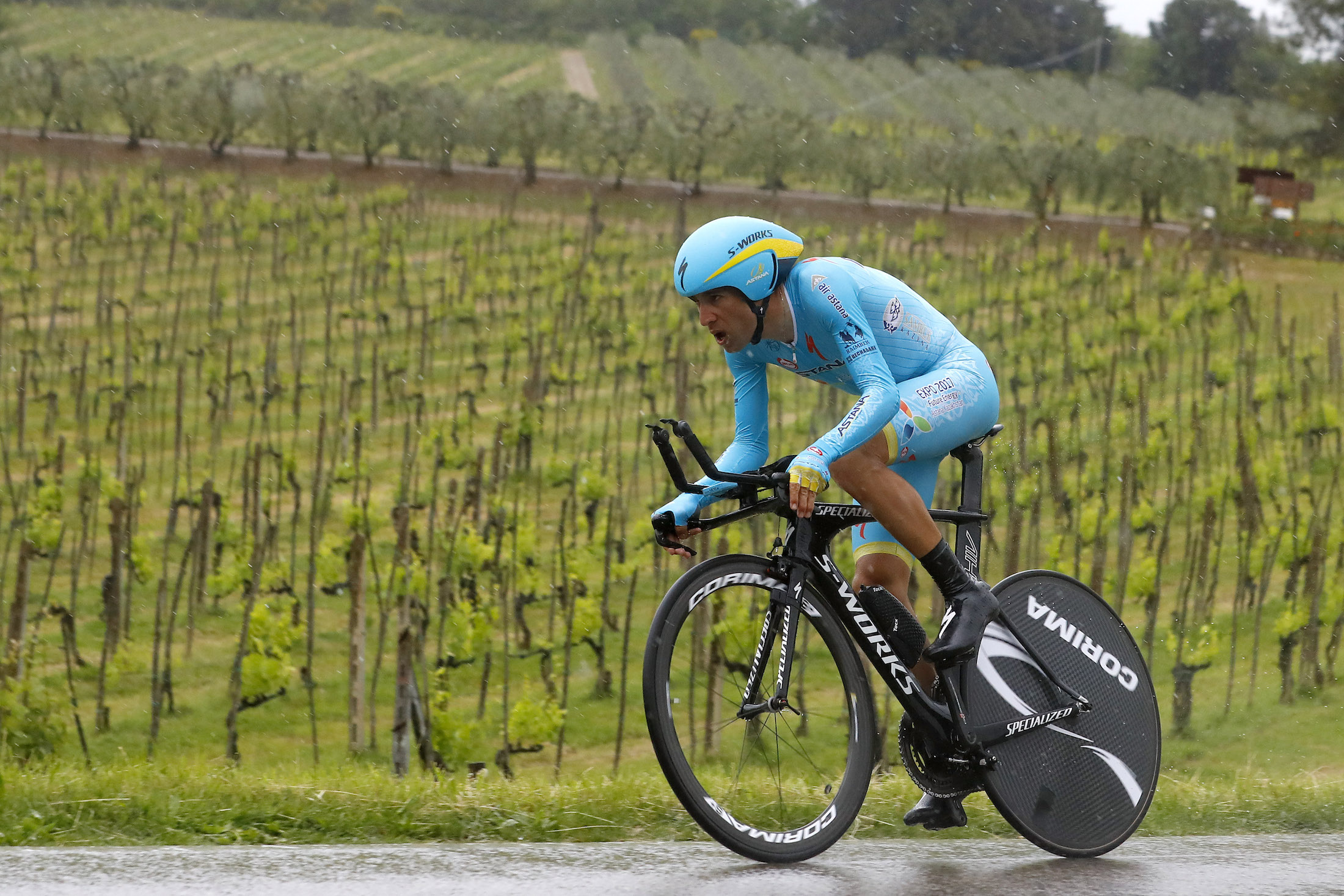Vincenzo Nibali impegnato durante la crono di ieri: lo Squalo è quinto in classifica generale, a 53'' dalla maglia rosa Brambilla