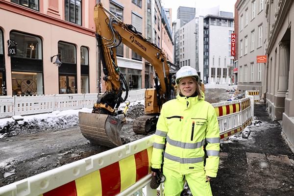 Ida Øvren står foran en gravemaskin.