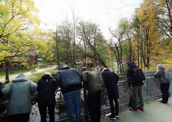 """Fra """"Hengelåsbrua"""" har du super utsikt over gytende laks og sjøørret i elva nedenfor."""