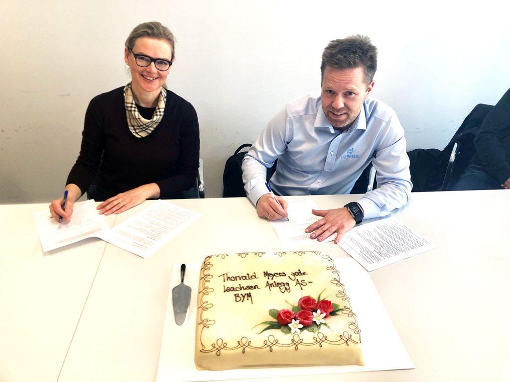 Divisjonsdirektør Siv Rønneberg i Bymiljøetaten signerer kontrakt for oppgradering av Thorvald Meyers gate med Isachsen AS representert ved prosjektsjef Anders Høiback. Foto: Bymiljøetaten