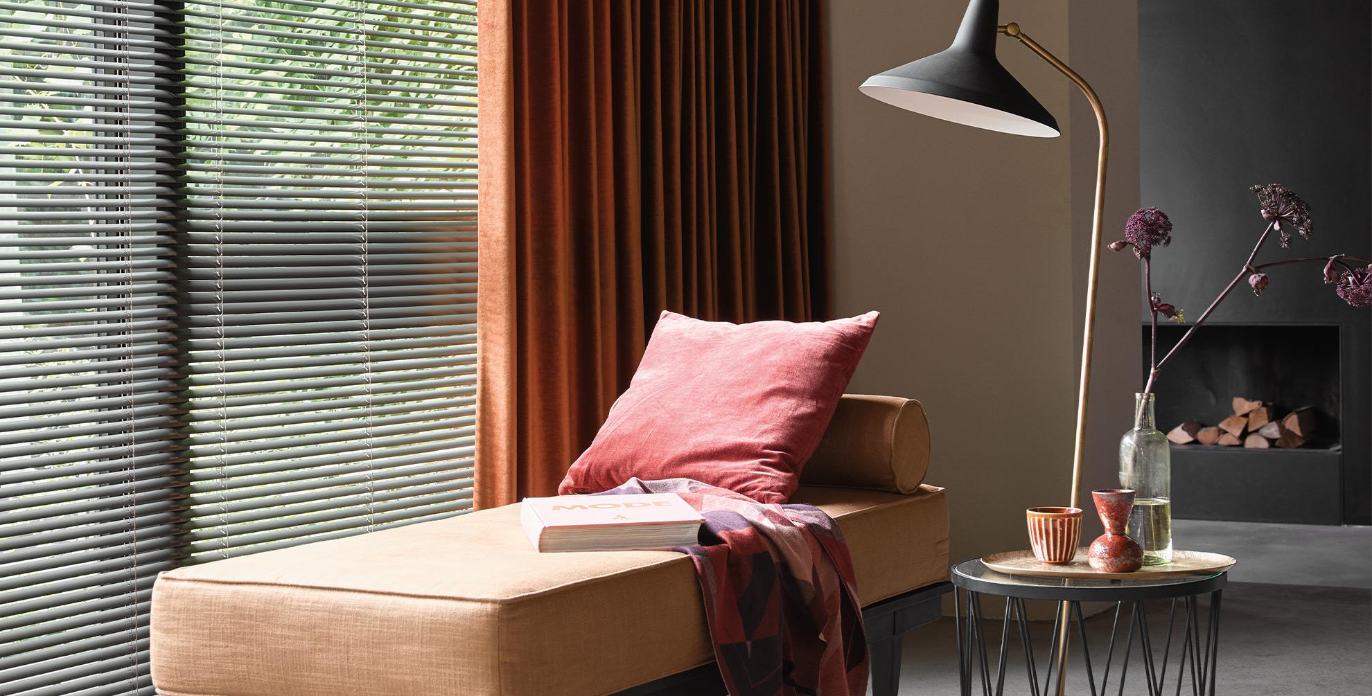 Mix van harde en zachte raamdecoratie