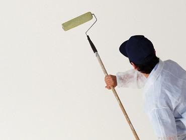 Ontvetten en <b>voorstrijken</b> als voorbereiding voor het <br>verven</b> van de muur.