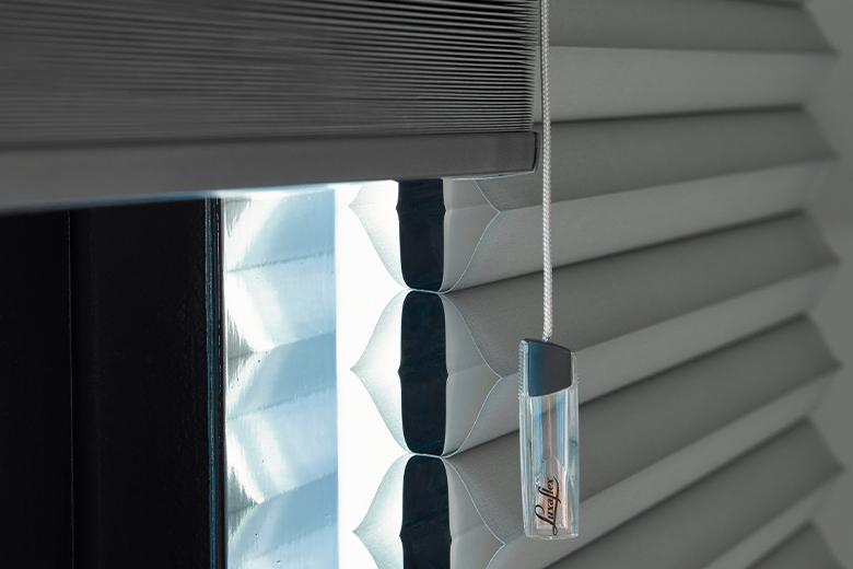 Wat is isolerende raamdecoratie?