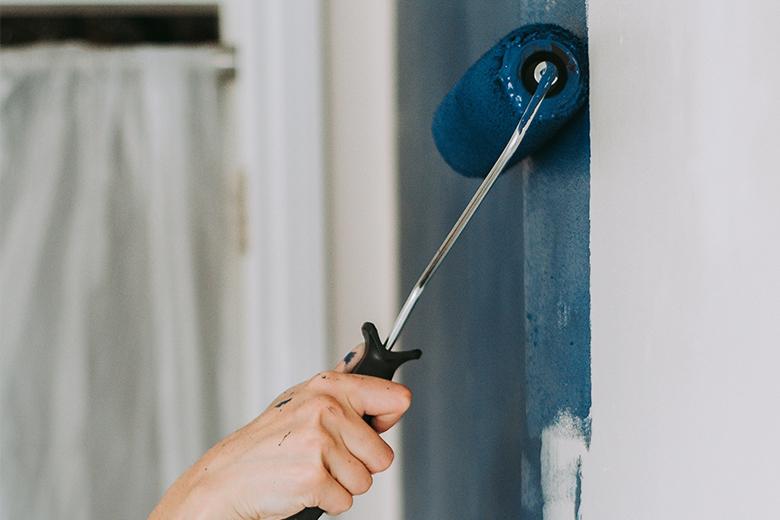 Hoe verf je een lichte muur donker?