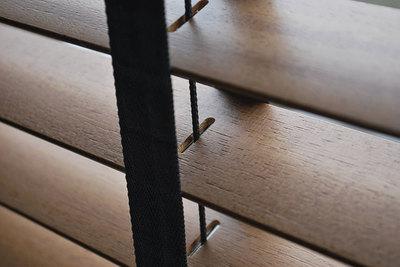 Houten jaloezieën als horizontale raambekleding