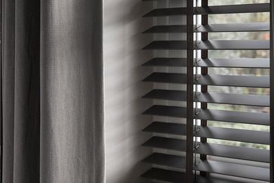 Als je een kamer volledig wil verduisteren, zijn jaloezieën dan wel geschikt?