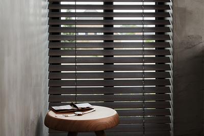 Welke raamdecoratie past goed bij de industriele woonstijl