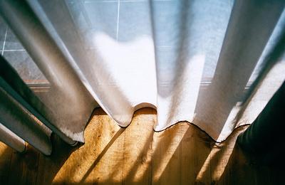 Verkleurende gordijnen door de zon