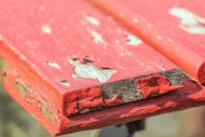 Met schuurpapier kun je oude verflagen van de muur verwijderen