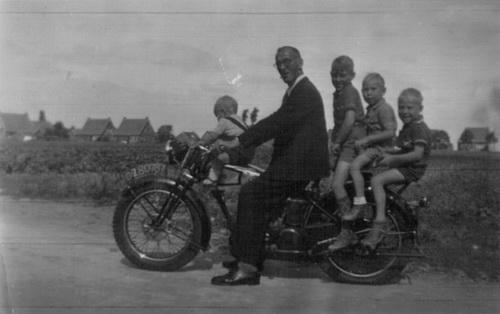 met opa Jo (van moeder's kant) met vlnr Henk, Ton, Hans en Kees
