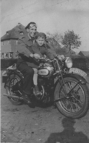 Vader Jan Raaphorst op zijn Norton met zoon Ton