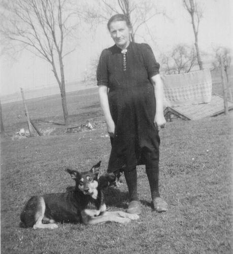 00 Wies Jan Azn 194_ Opoe op Genie met Hond Addas