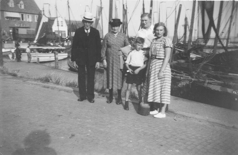 00 Wies Jan Azn 1950 met Opoe en tante Marie in Volendam