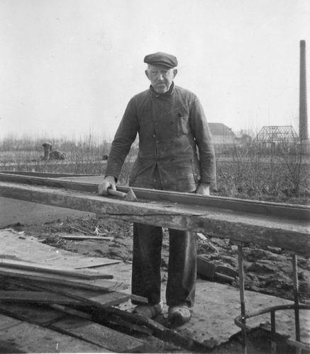 00 Wies Jan Azn 1951 aan het werk voor Henks huis Kruisweg_3