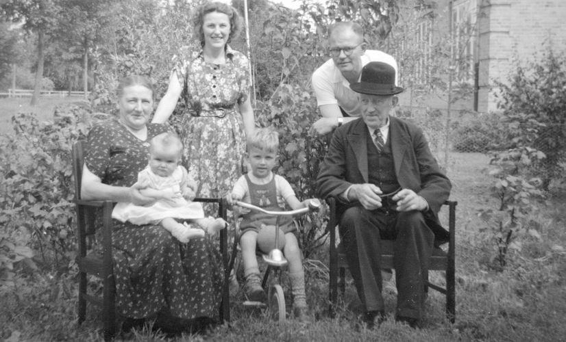 00 Wies Jan Azn 1952 met Opoe in tuin met gezin Nel Wies