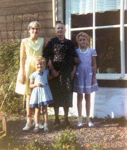 00 Wies Jan Azn 1961 Opoe met vlnr Rita Thea en Marjan