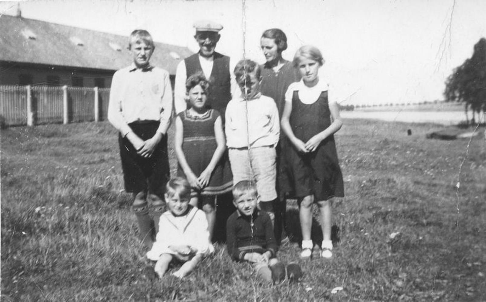 00 Wies Jan Azn 1932± met Opoe en 6 kinderen op de Genie
