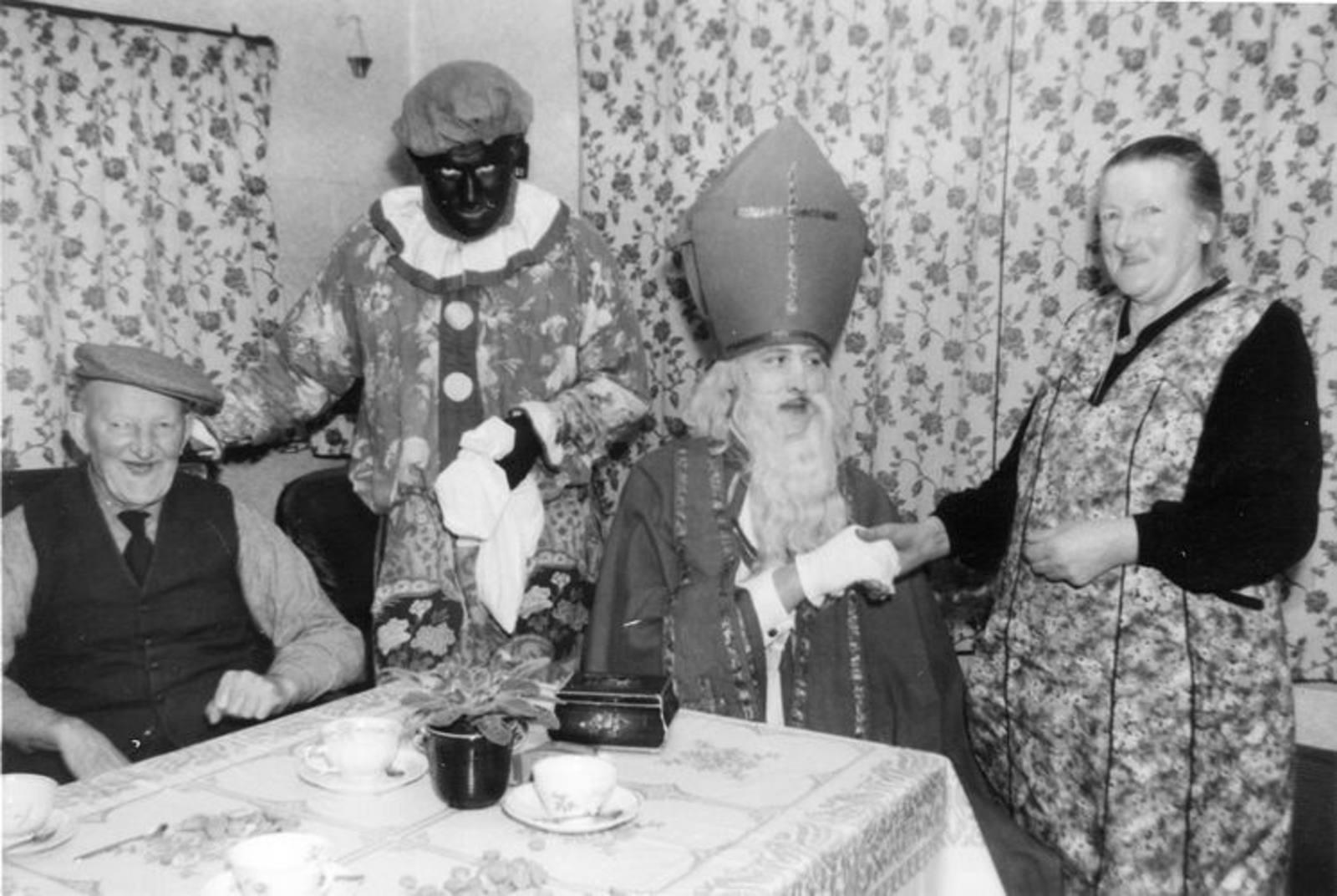 00 Wies Jan Azn 1956-57± en Opoe met Sinterklaas