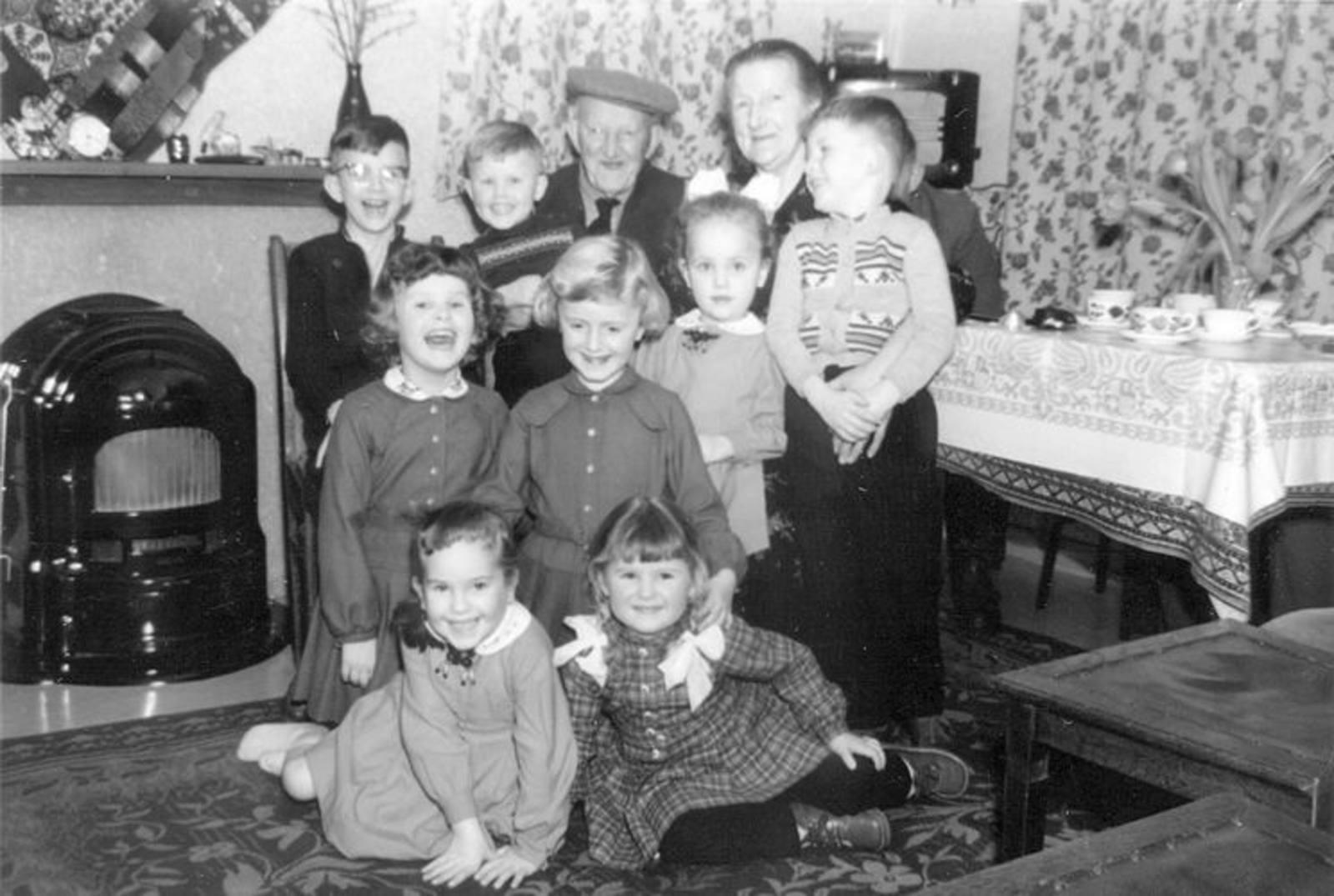 00 Wies Jan Azn 1957± met Opoe en bezoek Neven en Nichten 01