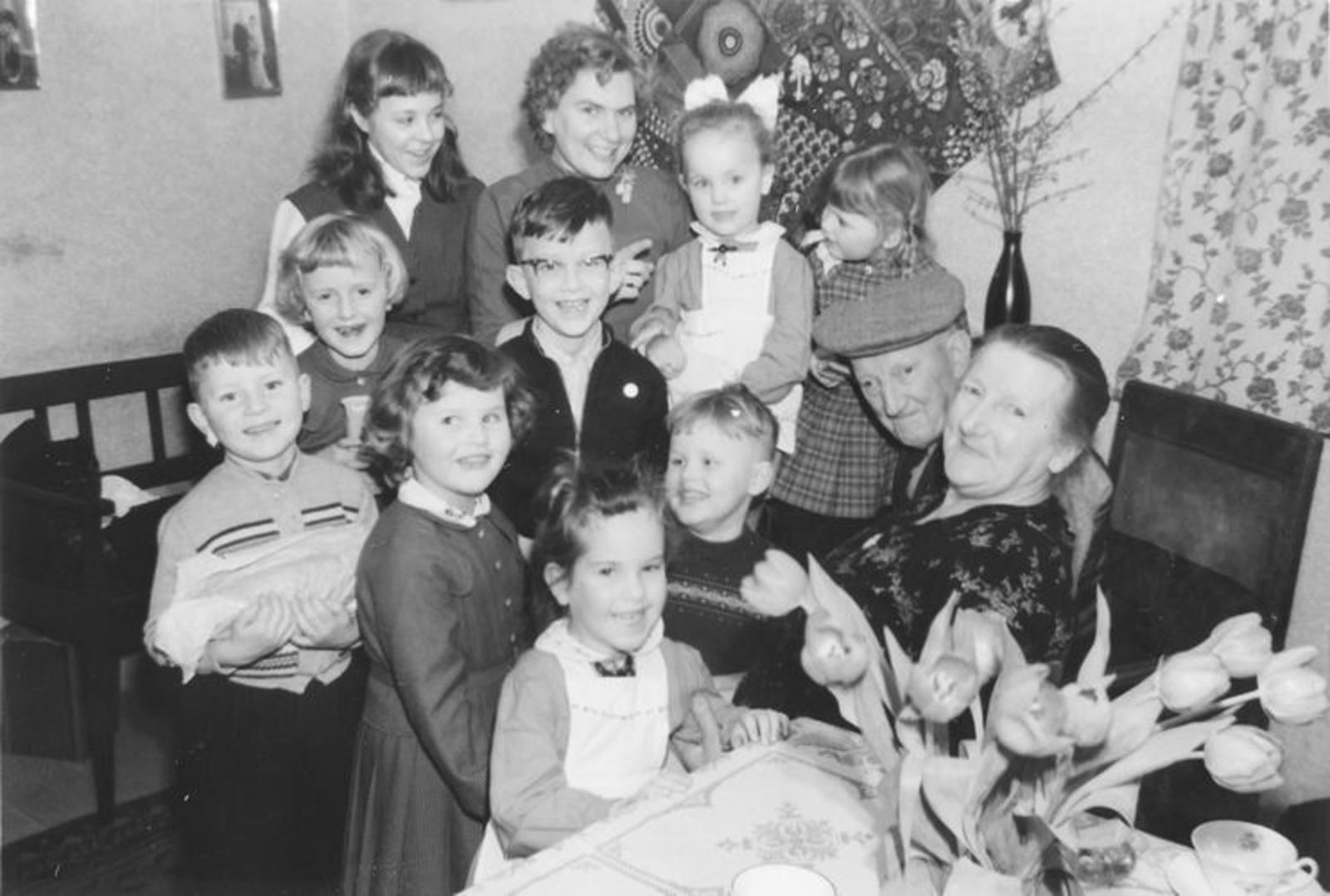 00 Wies Jan Azn 1957± met Opoe en bezoek Neven en Nichten 02