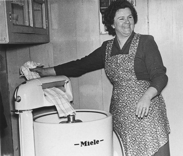 01 00 Wies Arie Sr 195_ tante Marie met Nieuwe Miele Wasmachine 01