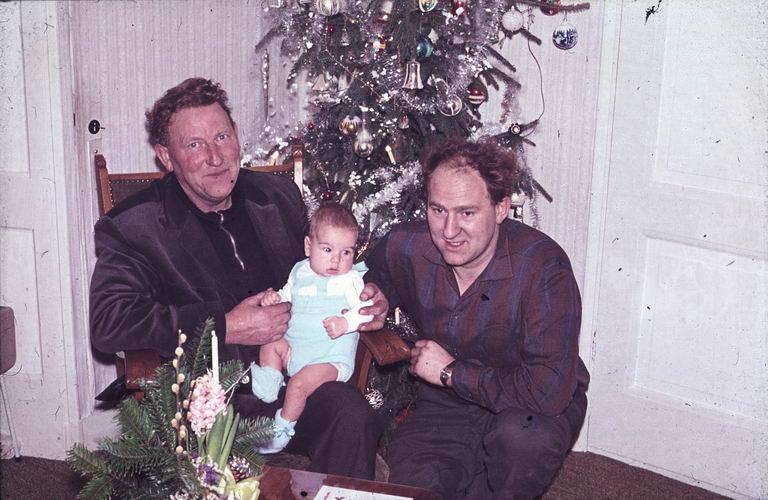01 00 Wies Arie Sr 1964 Kerst 01 met zoon en kleinzoon Arie