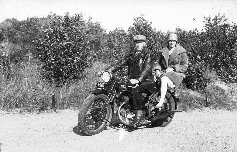 01 00 Wies Arie sr 1931 met Marie Heijstek op FN Motor