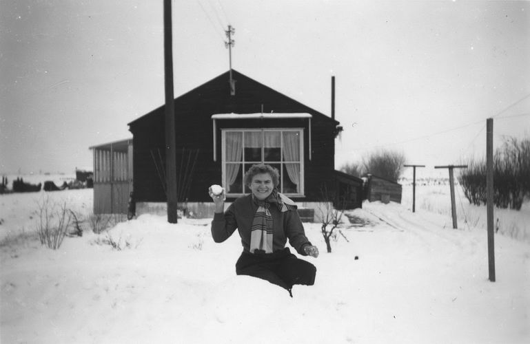 01 01 Wies Miesie 195_ Sneeuwballen gooien aan Kruisweg
