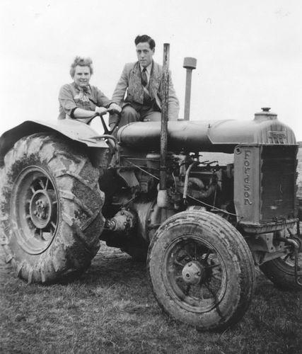 01 01 Wies Miesie 195_ met Klaas op Fordson Tractor 03