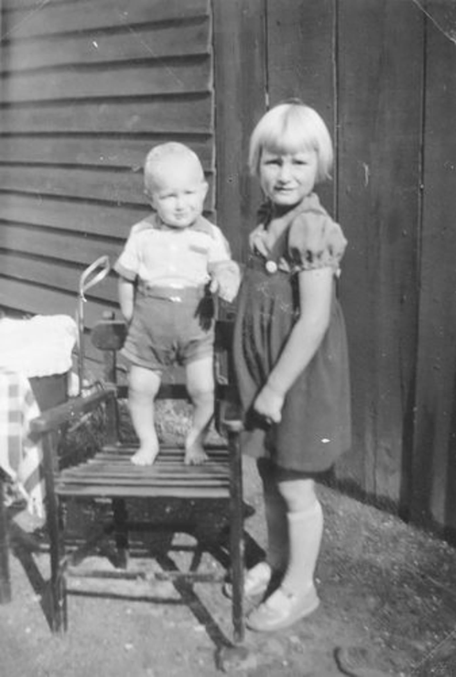 01 01 Wies Miesie 1938± met Arie Jr op stoel 01