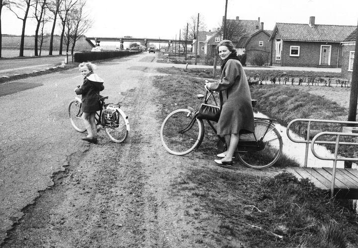 01 02 Wies Arie jr 196_ Maartje en Thea op de fiets langs Kruisweg