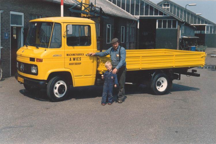 01 02 Wies Arie jr 198_ met Peter bij Nieuwe Vrachtwagen
