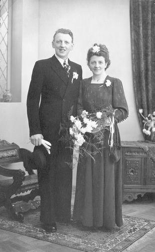 02 Wies Rinus 1949 trouwt Zwaan op t Holt 01