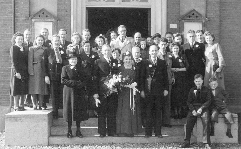 02 Wies Rinus 1949 trouwt Zwaan op t Holt 14 Hele spul bij Raadhuis