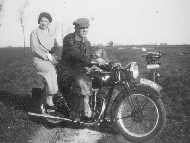02 Wies Rinus 195_ op motor met Marie Vreeken