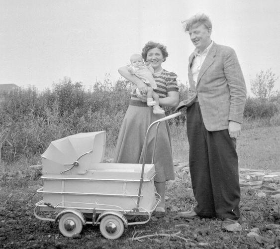 02 Wies Rita 1950 Baby in wandelwagen in achtertuin 03