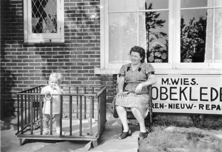 02 Wies Rita 1951 buiten in Box bij tante Zwaan 01