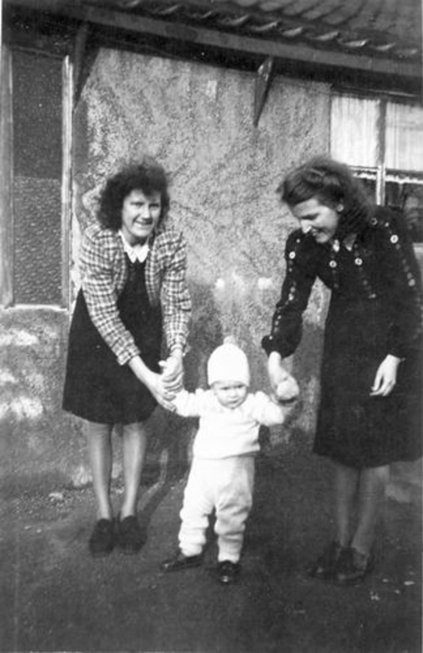 03 Wies Hill 1946± zoon Jan Kesting met Tantes Marie en Sien