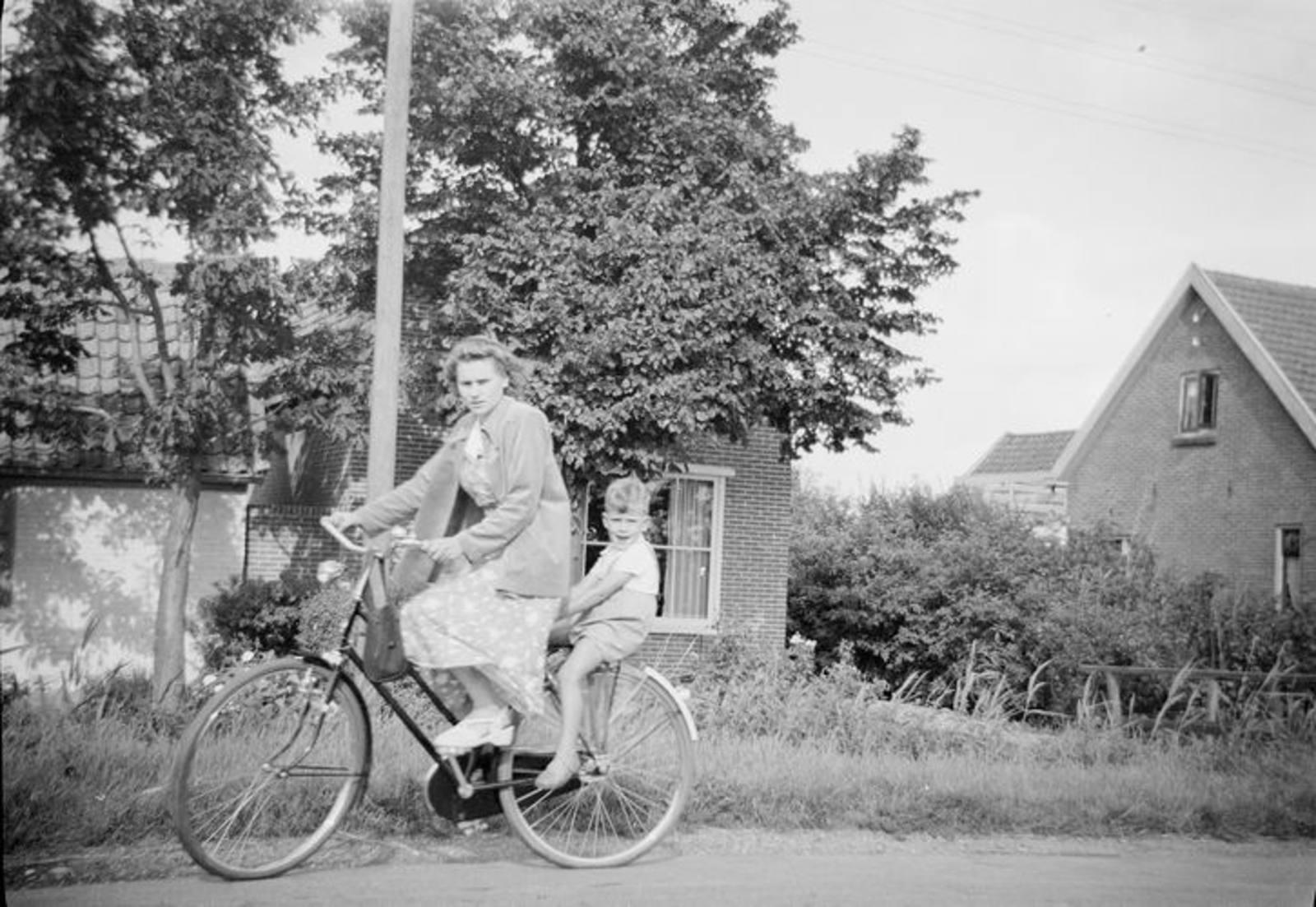 03 Wies Hill 1950± dochter Zus met broertje Jan langs Kruisweg