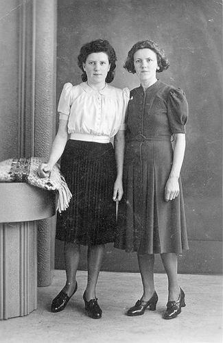 04 Wies Marij 1941 in Groningen met zus Marie 01