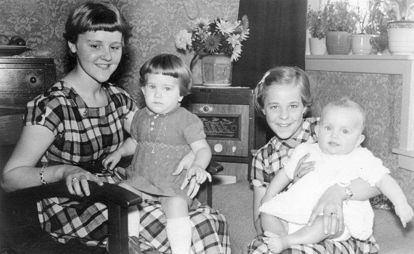 04 Wies Marij 1954 Baby Gees met Zusters Wil Marja en Coby