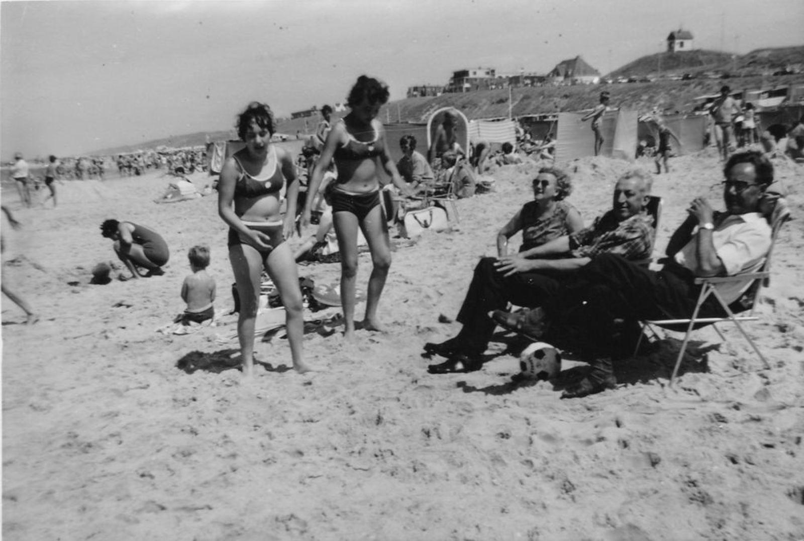 04 Boer Joop den Sr 19__ familie op strand met ome Adriaan