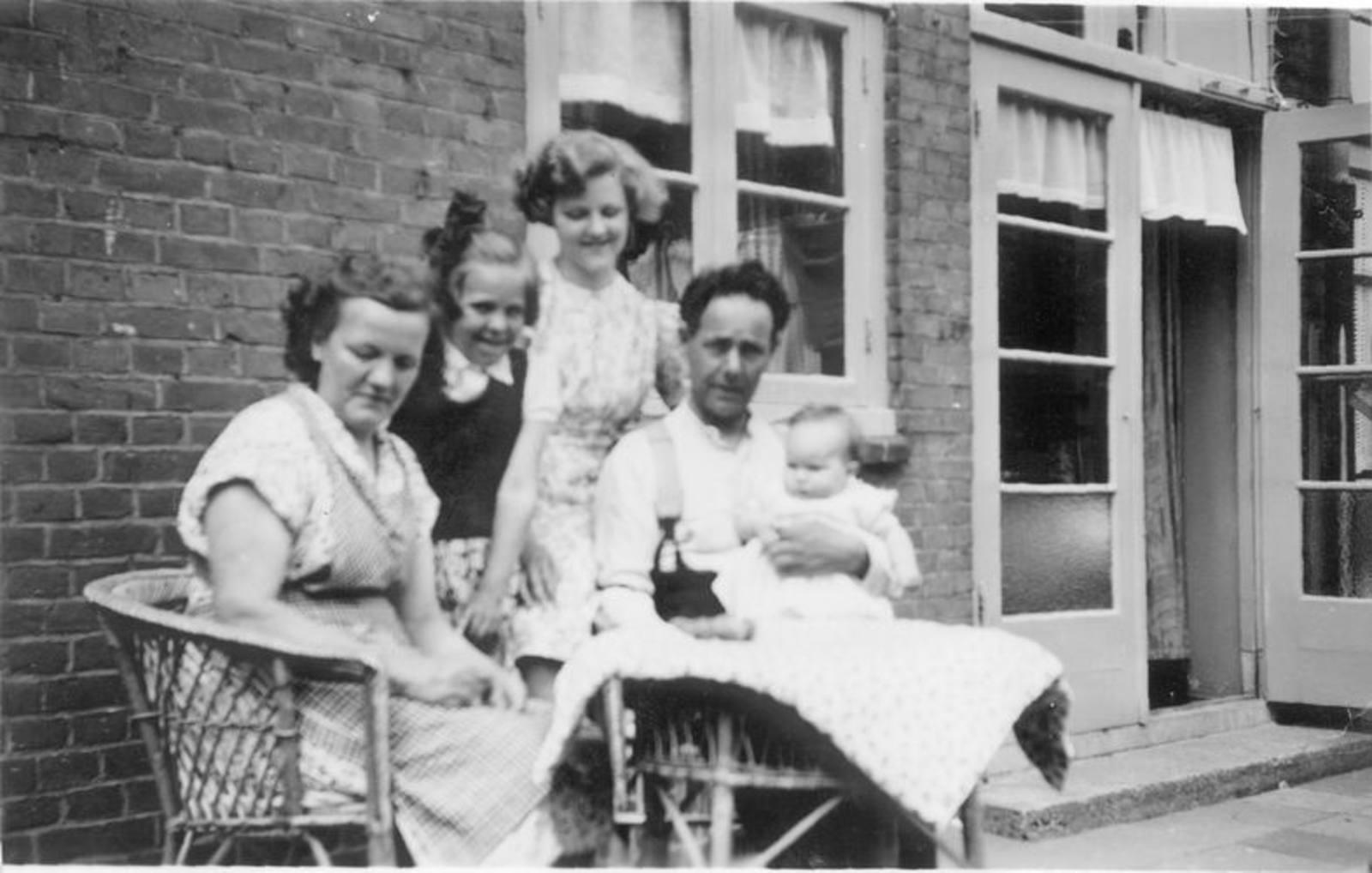 04 Wies Marij 1953± Gezinsfoto met Marja als baby