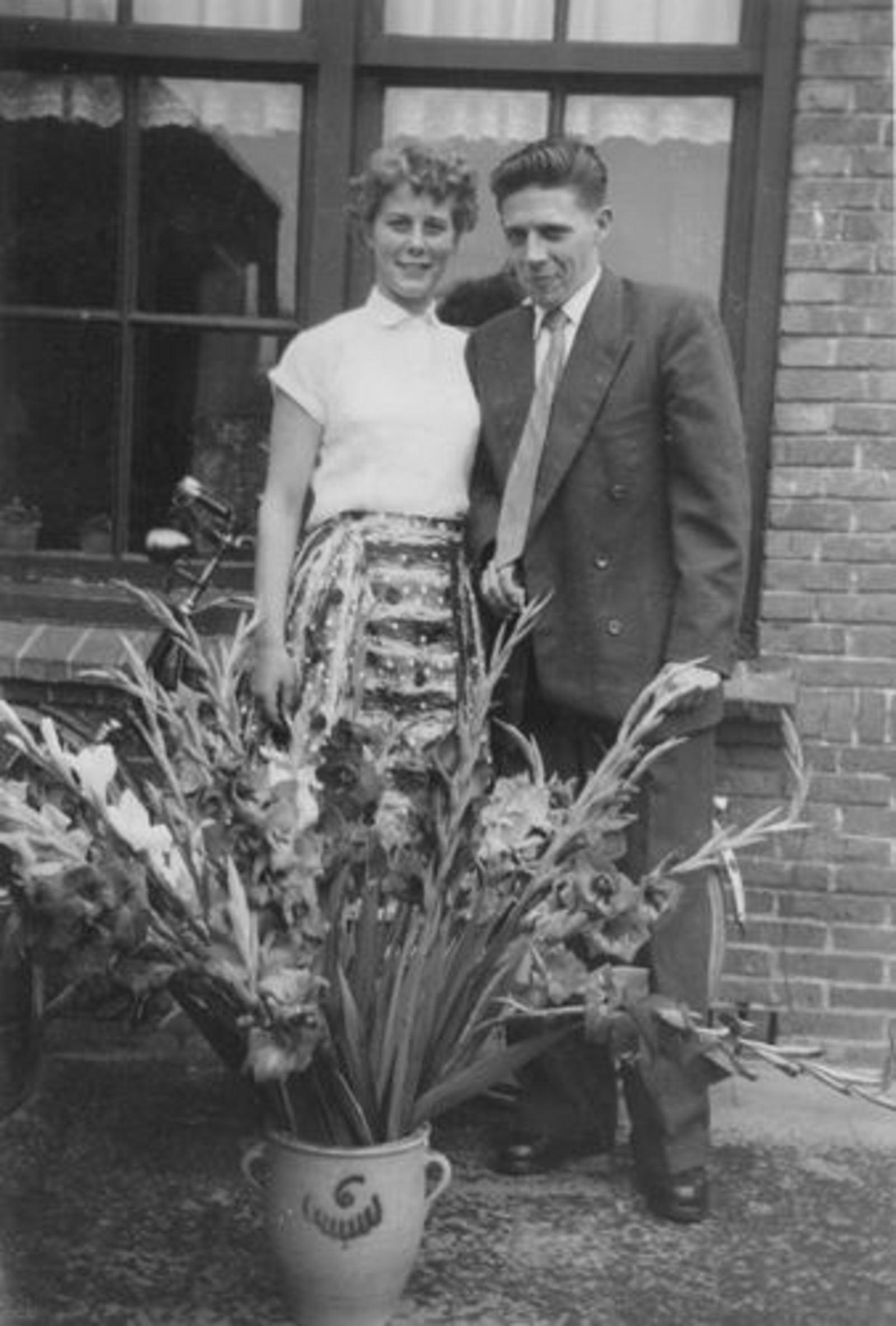04 Wies Marij 1956± zoon Joop den Boer met Gerda Beversdam