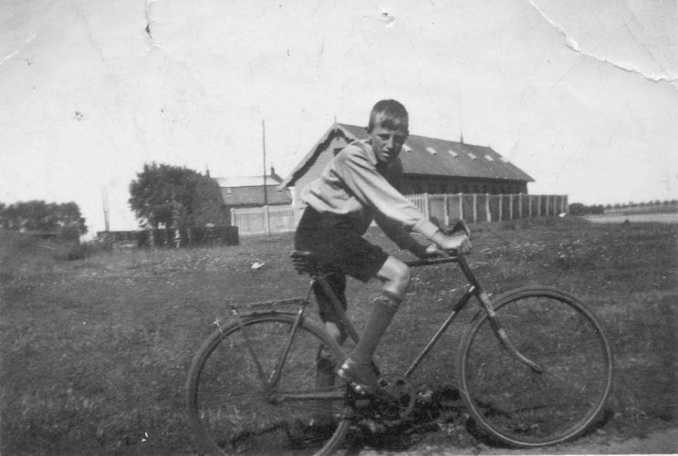 06 Wies Gerrit 1933 op fiets bij Fort Aalsmeerderdijk