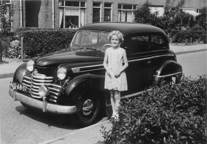 07 Wies Sien 195_ dochter Marian bij vaders eerste auto